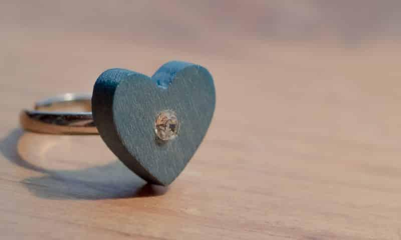 Offrir une bague avec un cœur comme preuve d'amour
