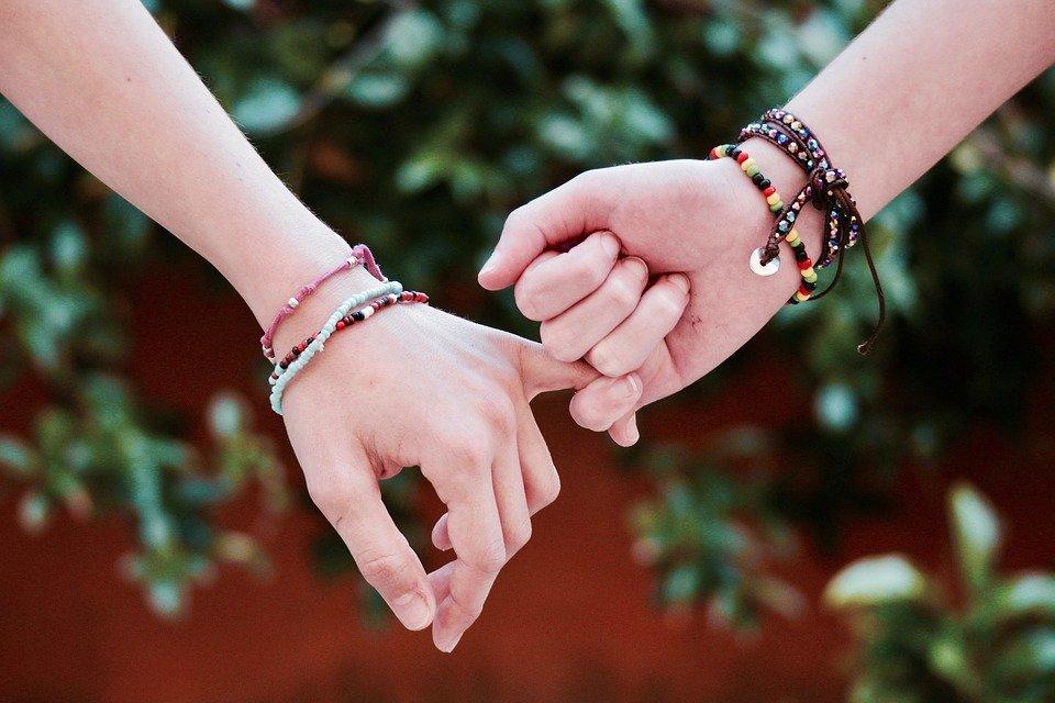 Pourquoi offrir un bracelet pour couple en bois naturel à son partenaire?