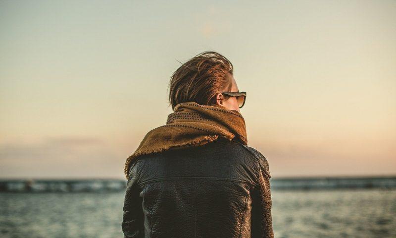 Comment porter une veste en cuir marron femme ?