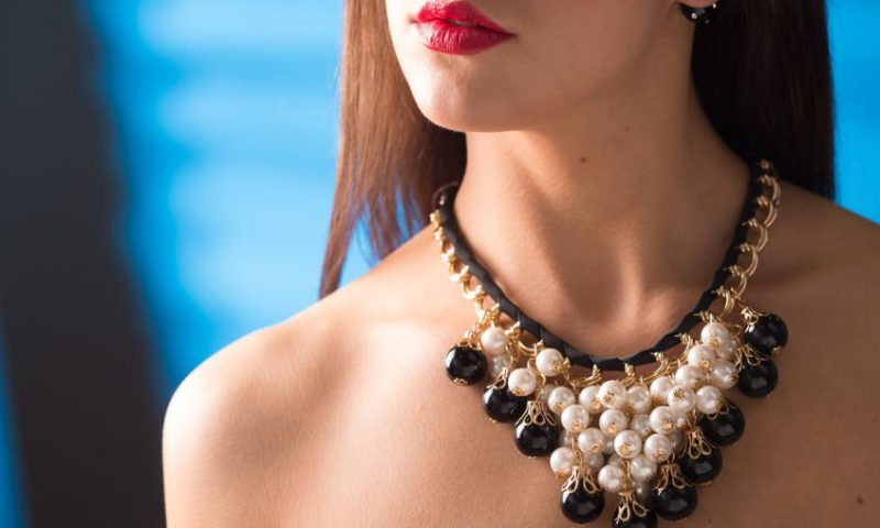Quels bijoux féminins porter avec un décolleté plongeant ?