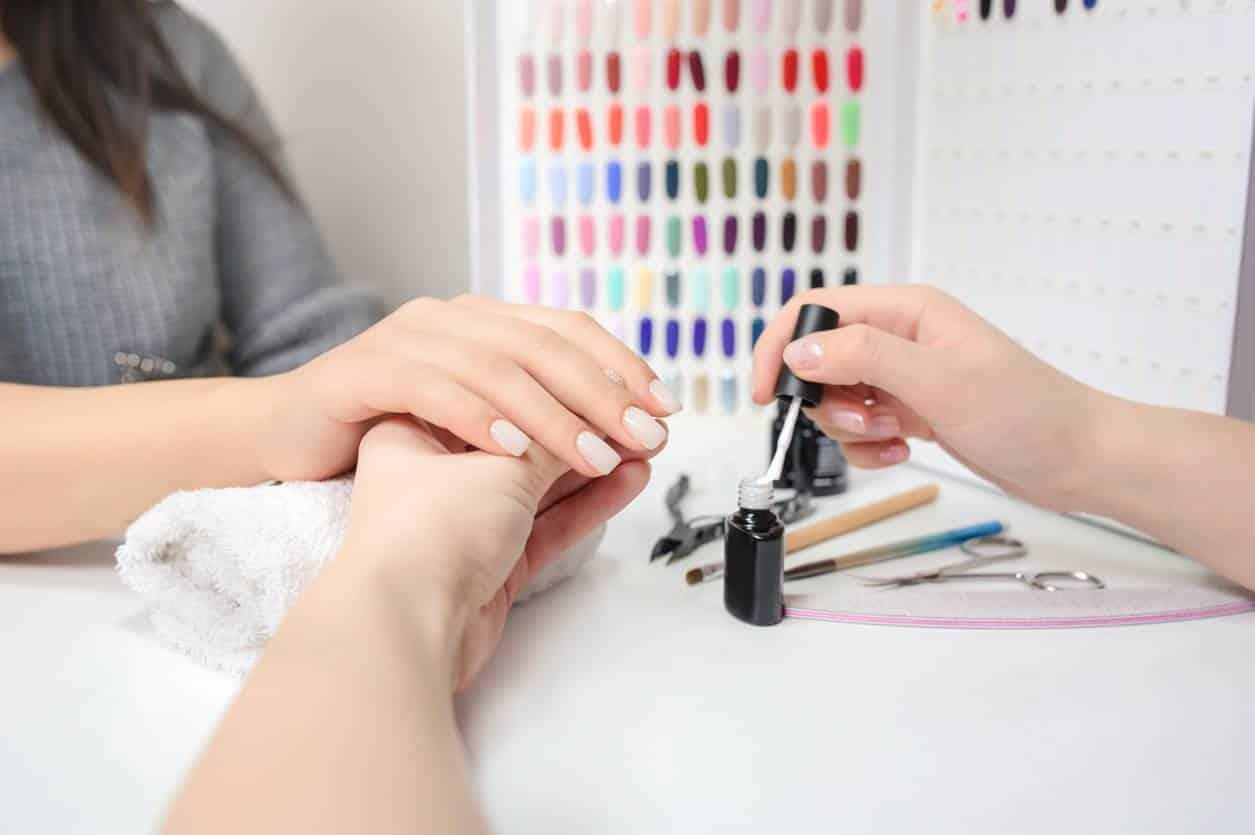 pose de faux ongles en institut