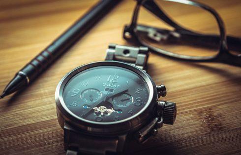 La montre pour homme habille le poignet et sublime la tenue