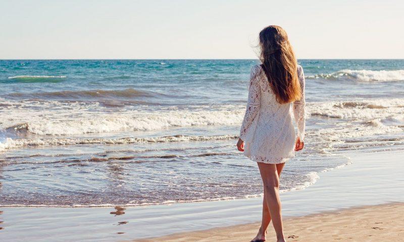La robe de plage : tendances à suivre, couleurs de cette saison, pourquoi en avoir une ?