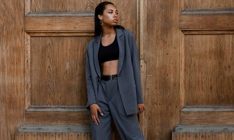Comment porter la veste de tailleur, pour un style décontracté chic